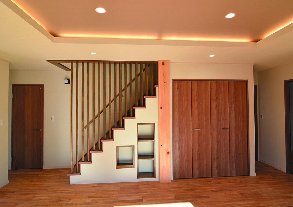縦格子を工夫することで、風通しが良く自然光を取り込める階段に。階段下のスペースも有効活用し収納棚に。