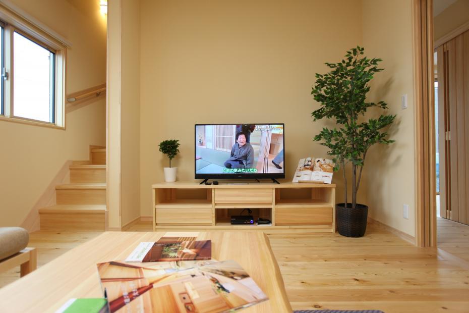 リビングテーブルやテレビ台もすべて無垢材を使用しているので安心。お部屋全体の統一感もでます。