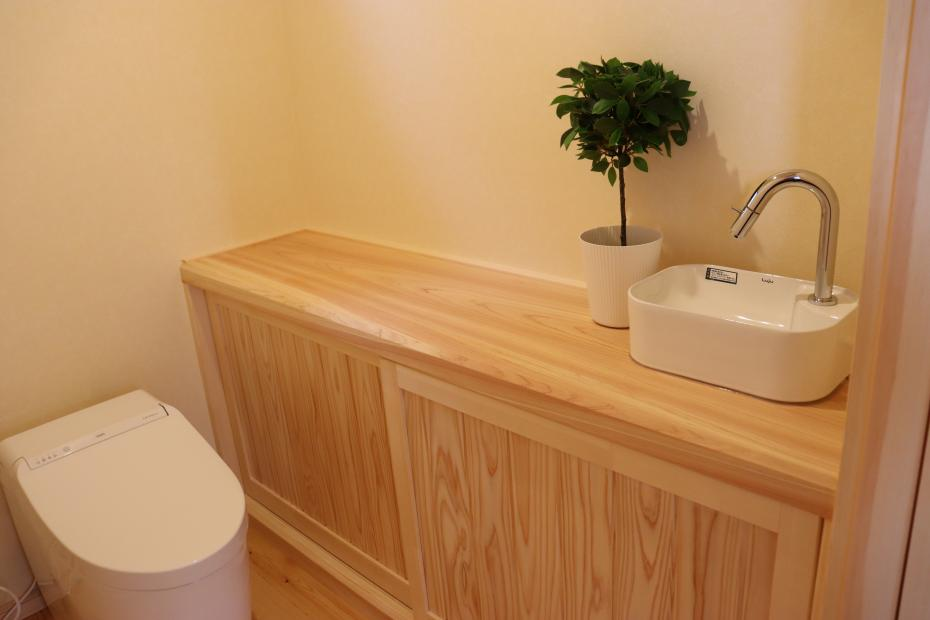 清潔感のあるナチュラルはトイレ。掃除用具などを収納できるスペースもあり、お掃除もラクラク。