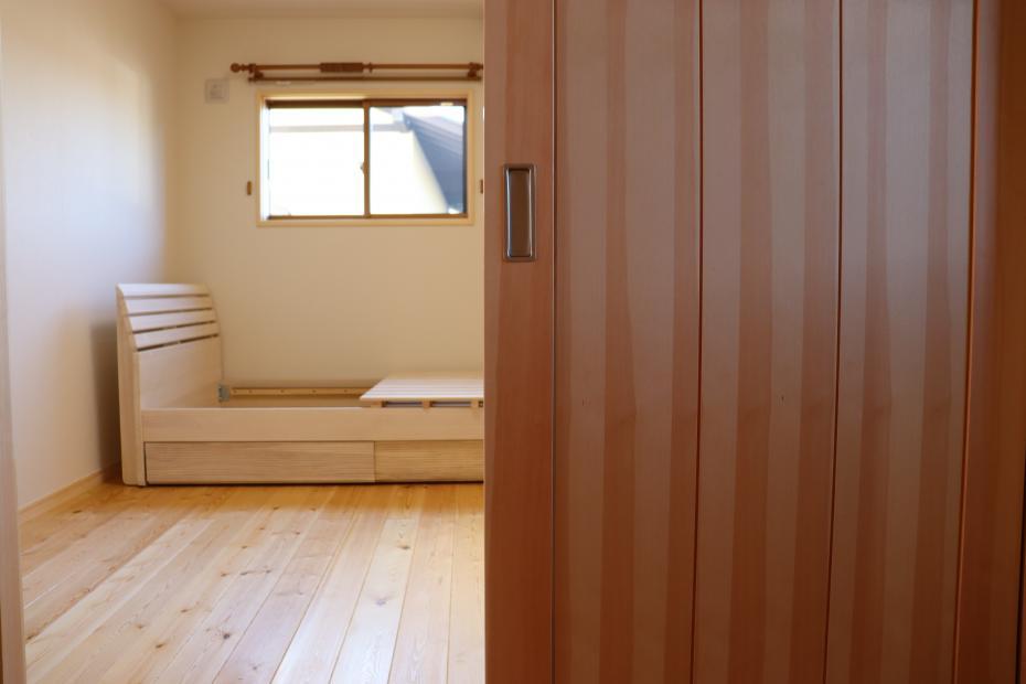 二階のベッドルームには調湿効果の高いオリジナルの桐材のベッドを。一年中爽やかな寝心地で過ごせます。