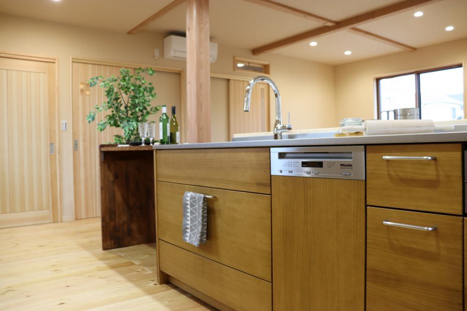 無垢床との相性も抜群の木製キッチン。食洗器は人気のミーレ。充実の収納スペースでいつもスッキリ綺麗。