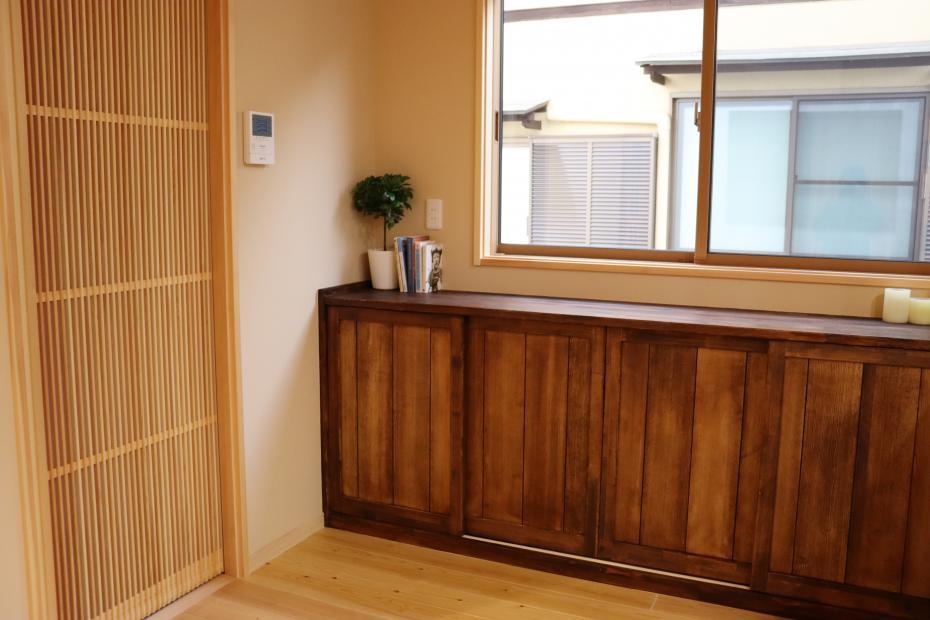 キッチンからつながる充実のカウンター収納。スライド式で開閉もラクラク。千本格子のドアで明るさもキープ。