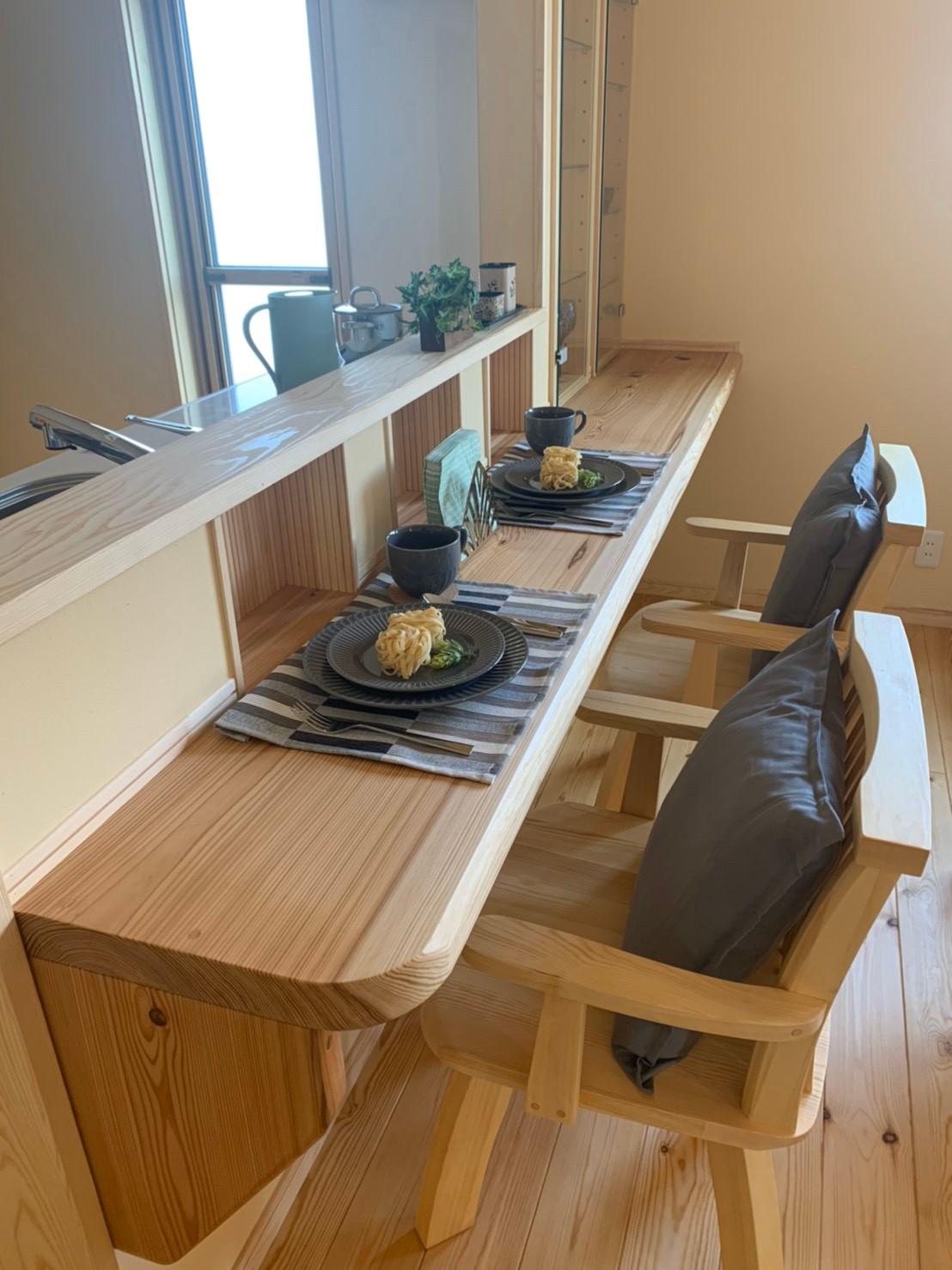 キッチン前にカウンターを設けることで、料理をしながら、お茶をしながら、家族や友人たちと会話を楽しむことができます。