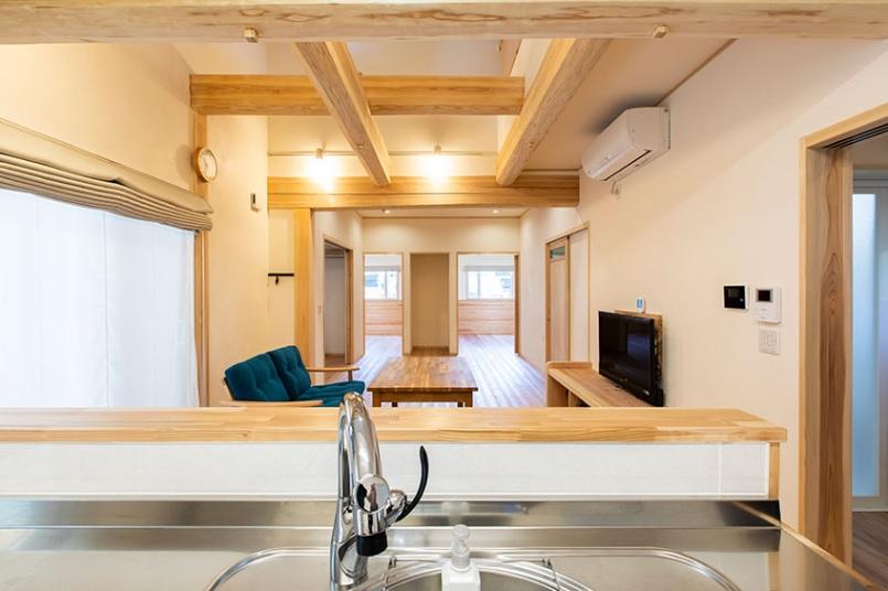 開放的なキッチンとリビング。つながる部屋はすべてバリアフリーになっており、風が心地よく通り抜ける。
