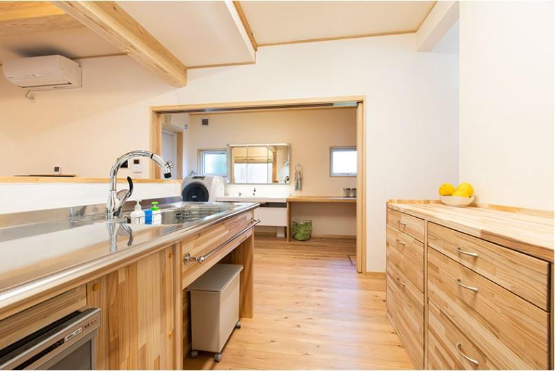 キッチンから横に移動するだけで洗面室へ行ける、ストレスのない導線。キッチン収納もすべて造作です。