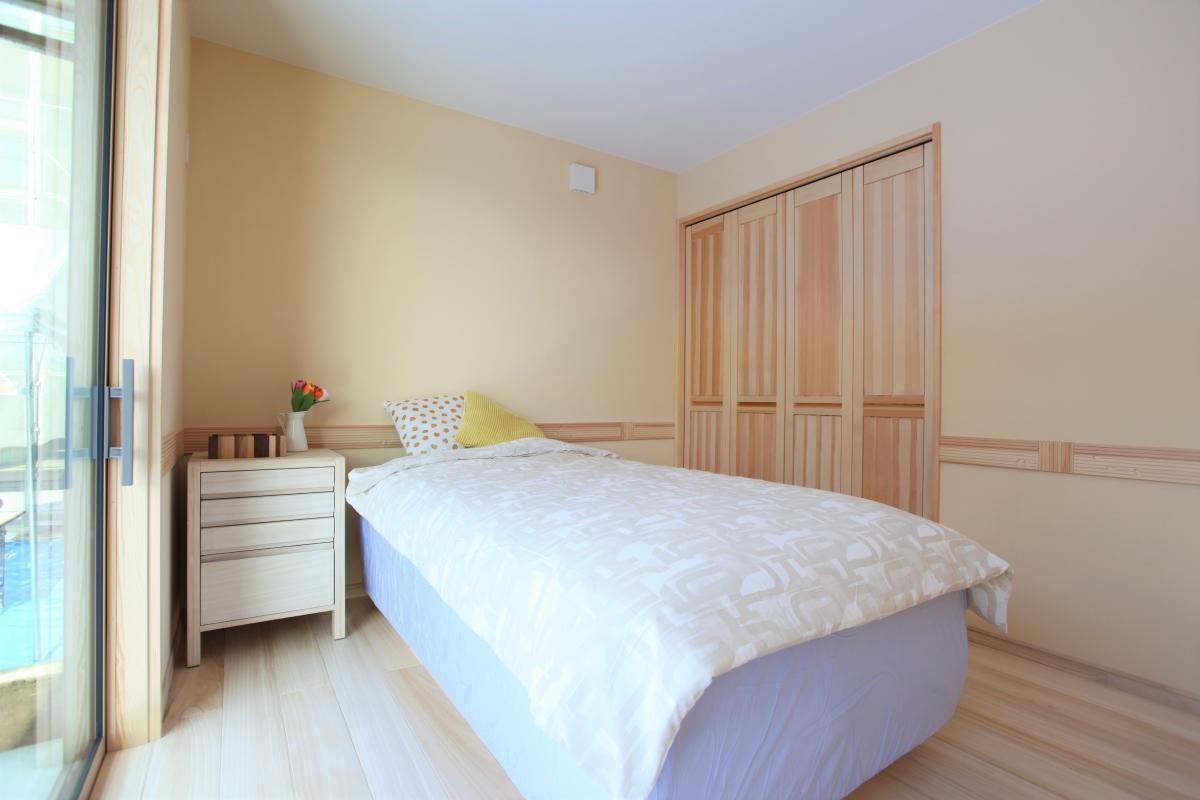 柔らかな光が差し込み、ほのかな木の香りに包まれるベッドルームは癒しの空間。雅工務店オリジナルのベッドは寝心地も抜群です。