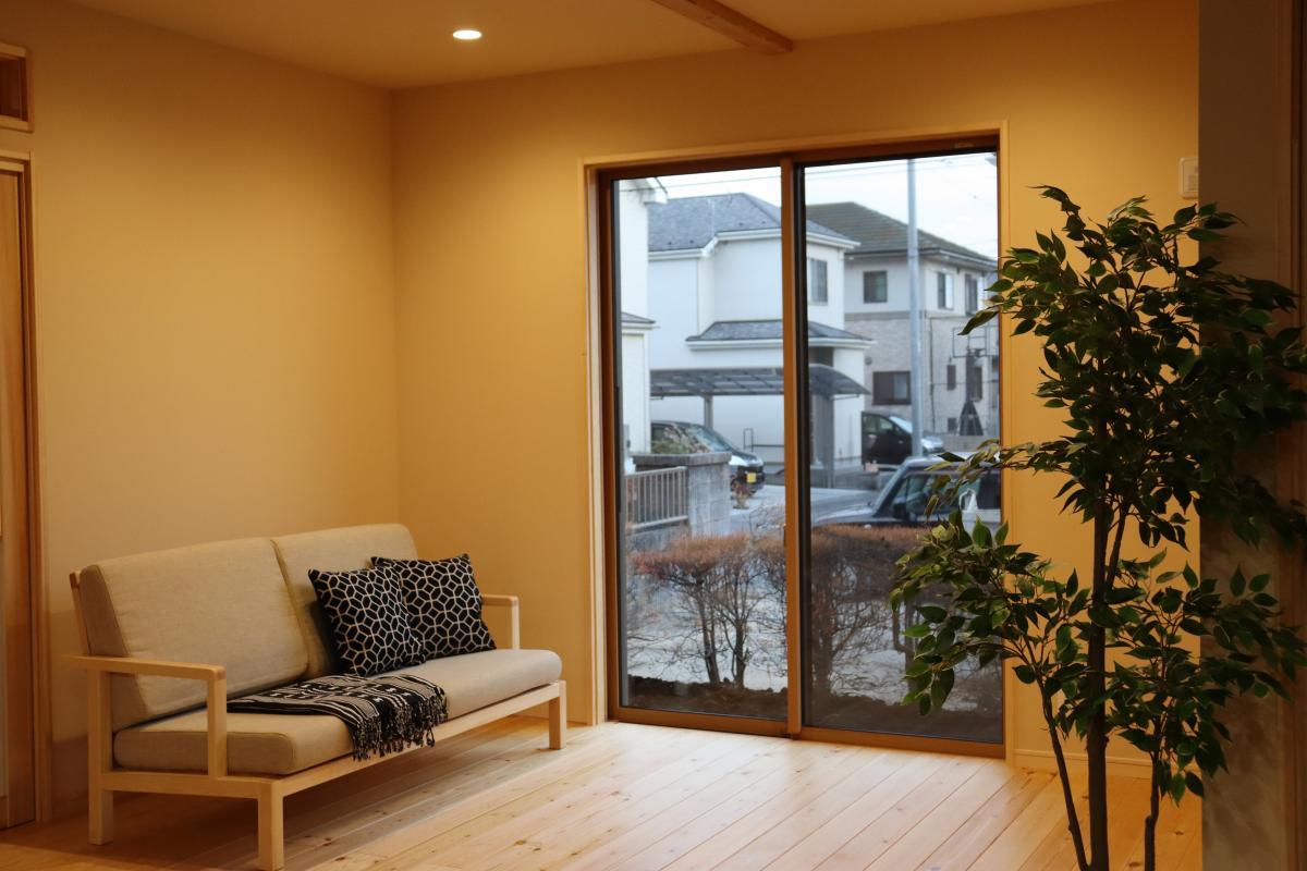 明るく開放的なリビング。毎日触れるものだから、ソファも無垢材を使用。無垢床との相性も抜群。