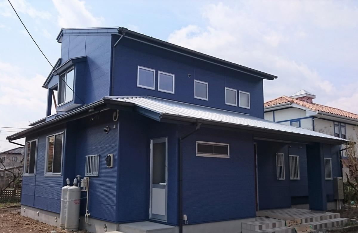 ブルーのガルバ銅板。風と光を計算した家です。