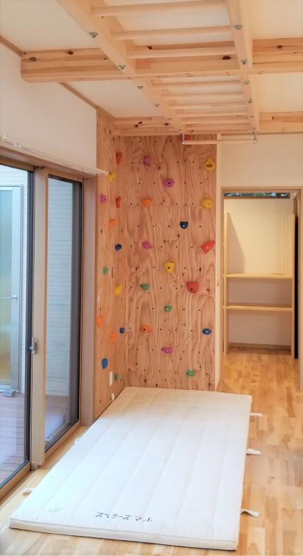 リビングには雲梯とボルダリングの壁を設置。家族みんなで楽しく運動不足を解消できます。
