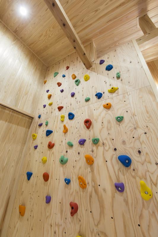 大空間を利用したボルダリングの壁。外出できない日でも、子どもも大人も一緒に楽しみながら運動不足を解消できます。