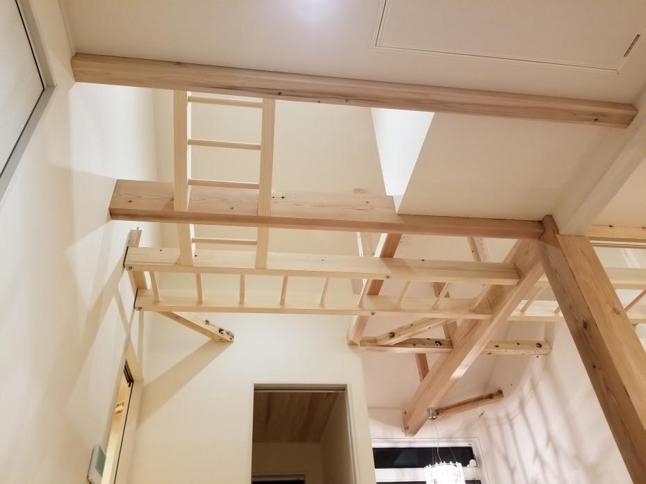二階のフリースペースに雲梯を設置し、楽しく運動不足を解消。リビングからも見えるので安心です。