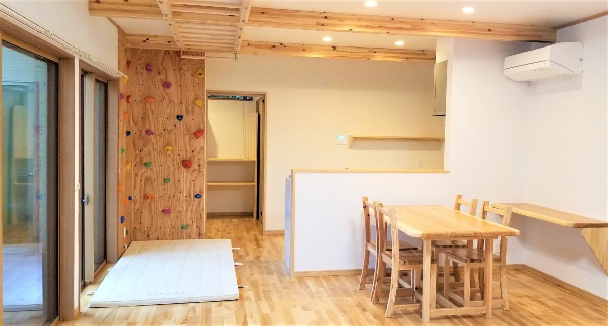 クライミングウォールがあるリビング・ダイニング(注文住宅施工例・宇都宮市)自然素材の家