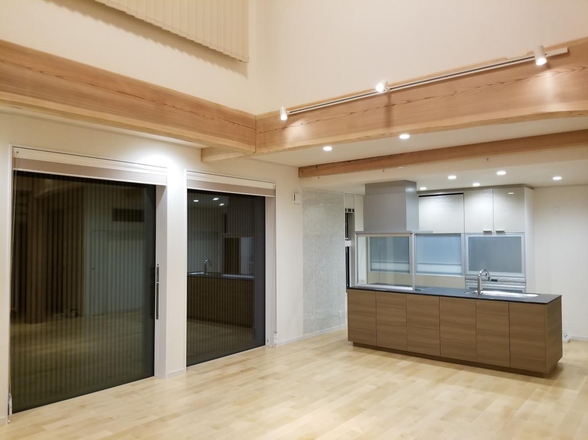 明るく開放的なダイニングキッチン。家族の姿を見ながら料理ができるので、子育て中でも安心・安全です。