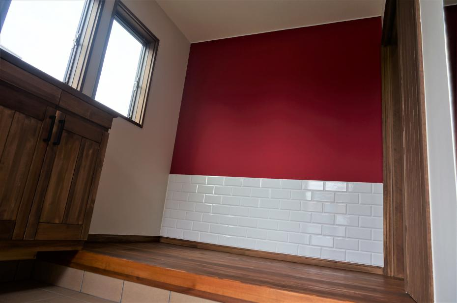 壁の一部には落ち着いた赤の壁紙と白いタイルを合わせ、カフェのような空間を演出。
