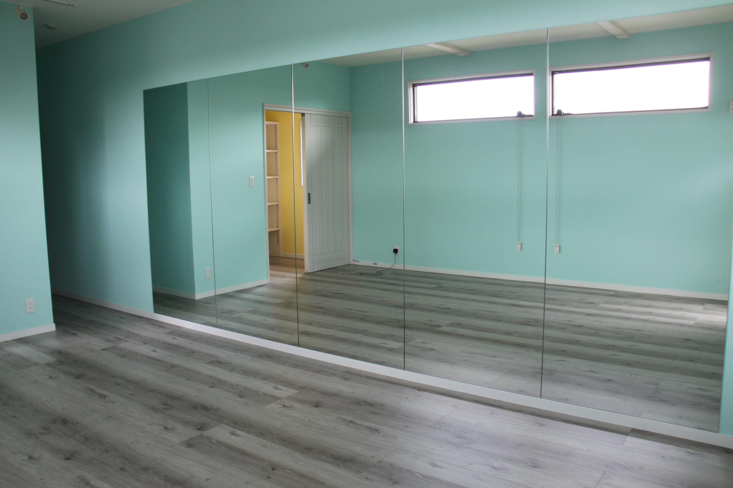 自然光が差し込む明るく心地よい空間の、こだわりのダンススタジオ。収納スペースも完備しているので安心。